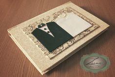 Livro de assinaturas + álbum para noivado e casamento, Inteiramente personalizado, com foto dos noivos na contracapa e primeira página.    Encadernação brochura tamanho A5, toda revestida em tecido, com contracapa também em tecido.    Miolo impresso em papel couché fosco, com espaço para fotos e mensagens. 124 páginas (62 folhas). R$ 89,90