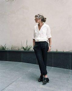 シンプルな着こなしに、美しい姿勢や身のこなしでエイジレスに。