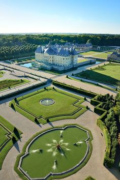 """The Lord Edward - Manuela Wachsmuth - The Lord Edward versaillesadness: """"Beautiful shot of 🏛️ Enjoy the symmetry of the French Gardens design by Le Nôtre 👑 Most Beautiful Gardens, Beautiful Castles, Beautiful Buildings, Beautiful Places, Landscape Architecture, Landscape Design, Garden Design, Architecture Design, Places To Travel"""