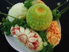 Khi bạn tham gia khoá học cắt tỉa hoa quả nghệ thuật, bạn sẽ thấy được cách khắc hoạ và tạo hình tỉ mỉ từ những nguyên liệu là thực phẩm rất thú vị nhất. Fruit, Vegetables, Ethnic Recipes, Seo, Food Carving, Fondant Cakes, Edible Art, Beautiful, Dishes