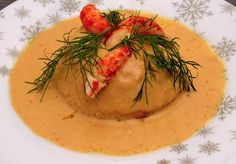 Flan au homard et aux écrevisses Entree Festive, Food Plating, Hummus, Entrees, Food And Drink, Fruit, Eat, Ethnic Recipes, Lobster Bisque
