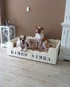 Twizziedesign, steigerhout hondenmand model Spyke gemaakt voor Kimbo en Simba