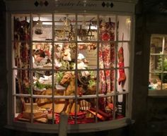 London shop windows decorated for Christmas | Shop window in Grassington