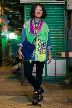 香港 Central, HONG KONG. Janice Chung, fashion designer. Coy scarf, Diesel denim shirt, Topshop boots. 【スライドショー】アジアの街角ファッションスナップ―台北、香港など