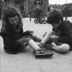 Jugar a fer tatuatges amb un escuradents. La imaginació és la millor eina per aprendre i créixer. Ells són molt feliços. Moments bonics d'un gran cap de setmana#amics @evgaltes #llunaipau #Pardines#ripollès #jugaresesencial #jocsdenens #lluna#descobrintcatalunya #descobreixcatalunya #clikcat #igers #instagramers #elmeupetitpaís