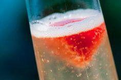 Drink de Espumante com Gelo de Morango  Para o gelo de morango:  300ml de polpa de morango (ou morango fresco)**  ½ xícara (chá) de água    Quanto baste de espumante bem gelado