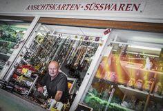 """Souvenirgeschäft: """"Das Geschäft geht nicht mehr so gut wie früher"""", sagt Franz Hausberger, der seit 1998 den Souvenir- und Erfrischungsladen neben der Aussichtsplattform betreibt. Schaumrollen und Kokoskuppeln kauft niemand mehr. Rosenkränze, Kerzen und Schneekugeln gehen noch immer gut. Mehr zum Pöstlingberg: http://www.nachrichten.at/oberoesterreich/linz/linzer-strassen/Der-magische-Ort-hoch-ueber-der-Linzer-Stadt;art171645,1799797 (Bild: Schwarzl)"""