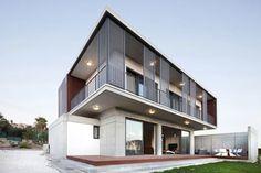 Casa moderna dos pisos y tres dormitorios, construcción utiliza hormigón y acero para los acabados exteriores