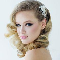 Comb Mia / Haarkam Mia / / Shop the most beautiful bridal accessoires at: https://www.weddingdeco.nl/accessoires-bruiloft/bruidsaccessoires/