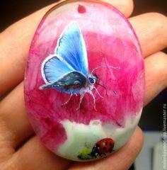 Купить или заказать Кулон 'Бабочка и божья коровка' в интернет-магазине на Ярмарке Мастеров. Ярко-розовый агат, как цветок. Голубая бабочка так и просилась на него, я не смогла устоять. Возможно дополнить серебрянымбронзовым бейлом от Асгарда и бусинами. Цена без бейла.