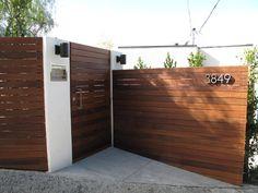 Puerta portón de madera.