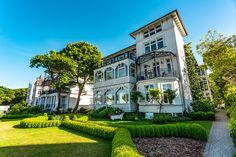 Auf Rügen finden Sie traumhafte Ferienhäuser und Ferienwohnungen für Ihren Urlaub. Mieten Sie eine Privatunterkunft für die ganze Familie auf Rügen. Mansions, House Styles, Home Decor, Vacation, House, Decoration Home, Manor Houses, Room Decor, Villas