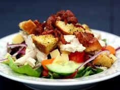 Kyllingesalat bacon, ost og hjemmelavede croutoner | foodfanatics opskrifter