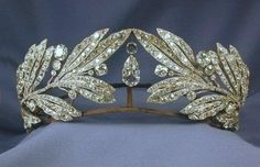 Laurel Leaf Tiara- Queen Sophia of Greece. I like the way this tiara is somehow opposite of the usual lines, which seem to flow from the center and down. Here each side reaches in, not meeting, but creating a vacuum for the large, pear shape diamonds. Royal Crowns, Royal Tiaras, Tiaras And Crowns, Crown Royal, Bling Bling, Antique Jewelry, Vintage Jewelry, Faberge Eier, Queen Sophia
