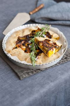 La tarte di zucca, pioppini e provolone, è una torta gustosa e facile da preparare. Leggi la ricetta di Sale&Pepe, scopri come cucinarla e buon appetito.