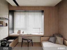 在 47 坪空間中,設計師以「光廊」為概念,透過居家廊道玩出視覺美感,並善用通透材質,讓美好採光可四處流通,同時更搭配彈性拉門配置,形成既流動又獨立的生活場域,打造出一間充滿藝術品味、人文氣息的居宅。  空間整體採用低彩度、對比強烈的素材,呈現出原始質感,並在天花板做出十字框架,形成隱約的空間界定,客廳電視牆則為一體兩面設計,融入娛樂與收納機能,同時也兼做客、餐廳之間的隔屏,一旁則讓開放式廚房自成一格,將櫃體連結廚房吧檯收整靠邊,形成連貫且延續的使用檯面,而公領域地坪則在木質與深色石材的分配下,做出明確的動線導引,同時,於餐廳牆面規畫兩道拉門,延伸可通往臥房空間,讓公、私領域之間不僅可維持隱私,也透過敞開廊道創造延伸感,而沿面上的整排玻璃窗,則讓光影可自由灑落入室,營造舒適明亮的體驗;寢臥空間則規劃木質床頭牆,並於牆面接合玻璃門片,維持居家廊道的通暢視野;衛浴空間牆面使用了大量的灰色石材,搭配整體格局,形成了粗獷、自然的居家背景。  小編的最愛…