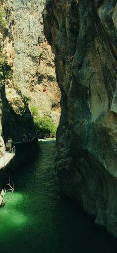 Fethiye-Antalya arasındaki 18 km. uzunluğundaki Saklıkent, olağanüstü güzellikler sunan bir vadi olarak karşımıza çıkıyor. İlerlemek için kayalara tırmanacağınız mekân size farklı bir deneyim sunacak.