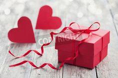 赤いボー リボンとバレンタインデーのための木製の背景の 2 つの紙のハートのギフト ボックス