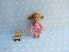 Miniatur OOAK Baby Mädchen mit Ziehschäfchen von YuliyasOOAKdolls