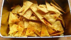 Des tortillas chips maison très faciles à faire et bien plus diététiques que les industriels... Recette trouvée chez Ligne et papilles,la cuisine légère et gourmande http://www.lignepapilles.com/2009/06/23/tortilla-chips-maison-parce-quon-peut-aussi-limiter-les-degats-a-lapero/...
