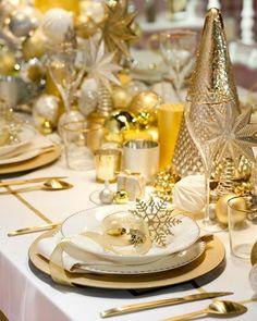 Ideas para Navidad dorada y blanca Silver Christmas Decorations, Christmas Table Settings, New Years Decorations, Christmas Tablescapes, Christmas Mantels, Holiday Tables, Deco Table Noel, Beautiful Table Settings, Decoration Table