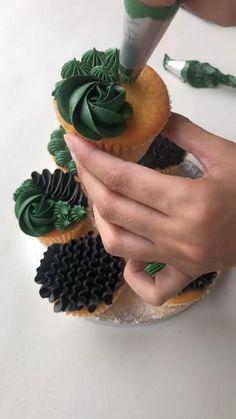 Cupcake Decorating Tips, Cake Decorating Frosting, Creative Cake Decorating, Cake Decorating Techniques, Cake Piping Techniques, Fancy Cupcakes, Baking Cupcakes, Yummy Cupcakes, Cupcake Cake Designs