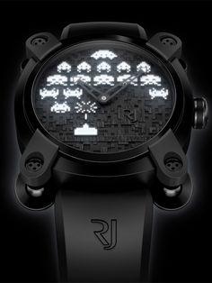 O relógio Space Invaders foi criado em parceria com própria desenvolvedora do game, a TAITO, em dois modelos: um colorido, para o dia, e o outro com luzes brilhantes, para a noite. O que faz o relógio ser ainda mais único é que ele foi feito de fragmentos da cápsula da missão espacial Apollo 11 e em edição limitada de apenas 78 peças, em referência ao ano em que o game foi lançado: 1978.