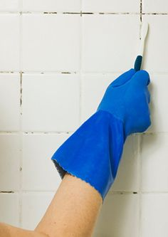 Homemade Mold and Mildew Surface Cleaner Recipes Clean Shower Tile Grout, Cleaning Shower Tiles, Cleaning Mold, Cleaning Recipes, Cleaning Hacks, Bathroom Cleaning, Cleaning Solutions, Shower Walls, Clean Grout