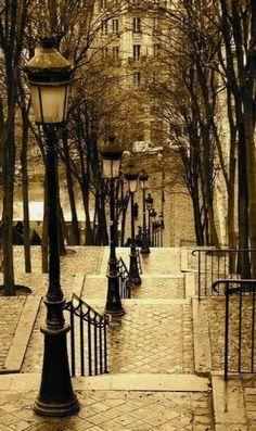 Lantern Stairs, Montmartre, Paris, France C'est ou Je me promenais tout le temps avec Olivier.