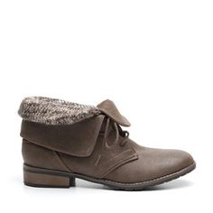 Deze veterschoenen van Madden Girl zijn gemaakt van leerlook en hebben een voering gemaakt van textiel. Dit zie je dan ook goed terug in het textiel gebreide gedeelte van de schacht. Verder zijn deze schoenen uitgevoerd in een bruine kleur.