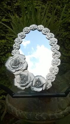 DIY Espejo reciclado con botes de leche. Mirror made with milk bottles Tin Flowers, Paper Flowers, Mirror Artwork, Soda Can Crafts, Metal Yard Art, Aluminum Cans, Pop Cans, Beautiful Mirrors, Diy Arts And Crafts