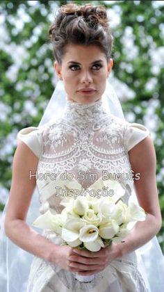 """Lili (Alinne Moraes) subiu ao altar em """"O Astro"""" usando um buquê redondo em copo de leite e rosas brancas."""