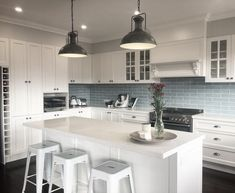 Search this important graphics and have a look at the here and now knowledge on Kitchen Soffit Ideas Kitchen Splashback Tiles, Kitchen Soffit, Kitchen Cabinet Styles, Kitchen Cabinetry, Splashback Ideas, Diy Kitchen Decor, Kitchen Styling, Kitchen Ideas, Kitchen Trends