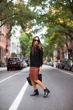 (paid link) black jeans street style. *Check out this great article. Pencil Skirt Outfits, High Waisted Pencil Skirt, Pencil Skirts, Pencil Dresses, Midi Skirts, Black Chelsea Boots Outfit, Flat Boots Outfit, Outfit Work, Zara