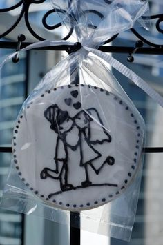 Decorated wedding cookies have artfully become a bride favorite. Choose cookies that align with your vision for the style of your wedding. Wedding Cake Cookies, Cookie Wedding Favors, Wedding Sweets, Cookie Favors, Party Favors, Galletas Cookies, Iced Cookies, Cute Cookies, Sugar Cookies