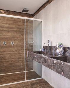 Banheiro feito com porcelanato amadeirado Castanheira Porto Design, revestimento de parede Cortan Blanco. Todos os revestimentos em Firenze Revestimentos