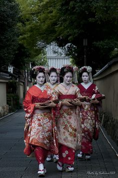 Japan Beauty (舞子はん - Maiko) by Toshimo1123, via Flickr - 'Especially Kyoto, a dancing geisha(MAIKO:舞妓) and a geisha(GEIKO:芸妓) are famous. A dancing geisha(舞妓) is the apprenticeship before becoming a geisha(芸妓). Although it seems that there are some methods of recognizing, I think that footwear is the most intelligible. Since they have footwear (おこぼ), They are dancing geisha(舞妓). Kyoto. S)