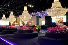 Nesta festa, adecoração clássica em tons de rosa e roxo ganhou detalhes que deixaram o ambiente super atual. Além dos lustres imponentes de cristal e dos