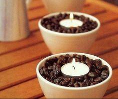 Si te gusta el aroma del café, esta opción te encantará. Llena pequeños tazones con granos de café y en el centro, coloca una vela pequeña que al encenderla calentará ligeramente los granos de café y estos desprenderán un delicioso aroma.