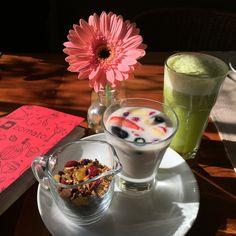 """Opciones veganas en """"Quinoa Restaurant"""" leche de arroz con frutas, granola casera y jugo natural de jengibre, piña y menta. Lugar totalmente recomendado. http://www.quinoarestaurante.cl"""