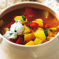 Kartoffel-Paprika-Gulaschsuppe Die perfekte Gulaschsuppe für alle, die's vegetarisch mögen: mit roten und gelbem Paprika, Kartoffeln und Zwiebeln. Geräuchertes Paprikapulver sorgt für eine herzhafte Note.