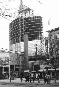 1986. De toren van het WTC aan het Beursplein is aanbouw. Zwevend boven het dak van de beurshal waar toen nog de schippersbeurs was, werd de toren 92 meter hoog op zes kolommen gezet. Middels een glijbekisting werd de kern gestort.