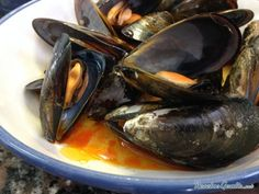 Learn how to make spanish Mussels with Paprika and Garlic with this delicious and easy recipe. Mussels are commonly associated with the French classic of moules. Garlic Mussels, Mussels Seafood, Garlic Recipes, Fish Recipes, Paprika Sauce, Purple Sweet Potatoes, Breakfast Plate, Spicy Shrimp, Spanish Food