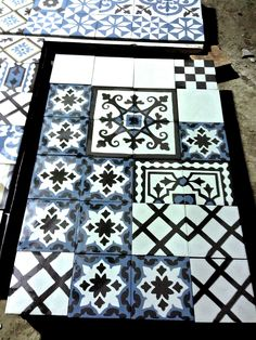 Blue White & Black, super combination! Textile Prints, Textures Patterns, Mosaic, Blue And White, Diy Projects, Cement Tiles, Diy Crafts, It Is Finished, Ceramics