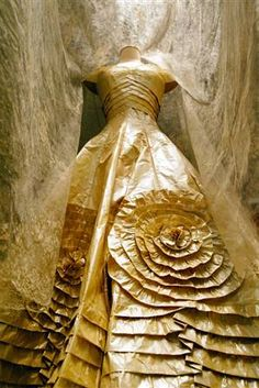 La robe de mariée de Jackie Kennedy au Kennedy Memorial à Boston~paper dress by Isabelle de Borchgrave,
