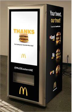 """La cadena de comida rápida ha creado esta maquina expendedora que no requerirá de interacción humana entre clientes y empleados para obtener su icónica hamburguesa y cuyo nombre es """"customized digital Big Mac ATM"""". El dispositivo, es parte de una campaña en la que los ansiosos consumidores no pagaran con dinero, sino en las redes sociales."""