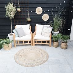 Garden furniture sets are both comfy and trendy. A rustic garden furnishings set, a contemporary set, or any other design make a garden live. Patio Furniture Makeover, Patio Furniture Cushions, Patio Cushions, Outdoor Furniture Sets, Outdoor Spaces, Outdoor Living, Outdoor Decor, Patio Fan, Design Jardin