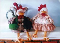 Doralice e Horacio with patterns Animal Sewing Patterns, Stuffed Animal Patterns, Doll Clothes Patterns, Doll Patterns, Chicken Crafts, Chicken Art, Diy Arts And Crafts, Felt Crafts, Dammit Doll