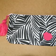 Trousse à maquillage zippée imprimée feuillage noir et blanc détails roses