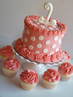 Polka dot smash cake #mimissweetcakesnbakes #firstbirthdaygirl #prettyinpink